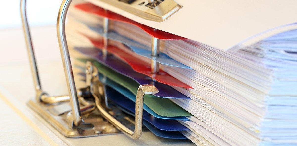 Dateiordner mit farbigen Trennstreifen und vielen Blättern
