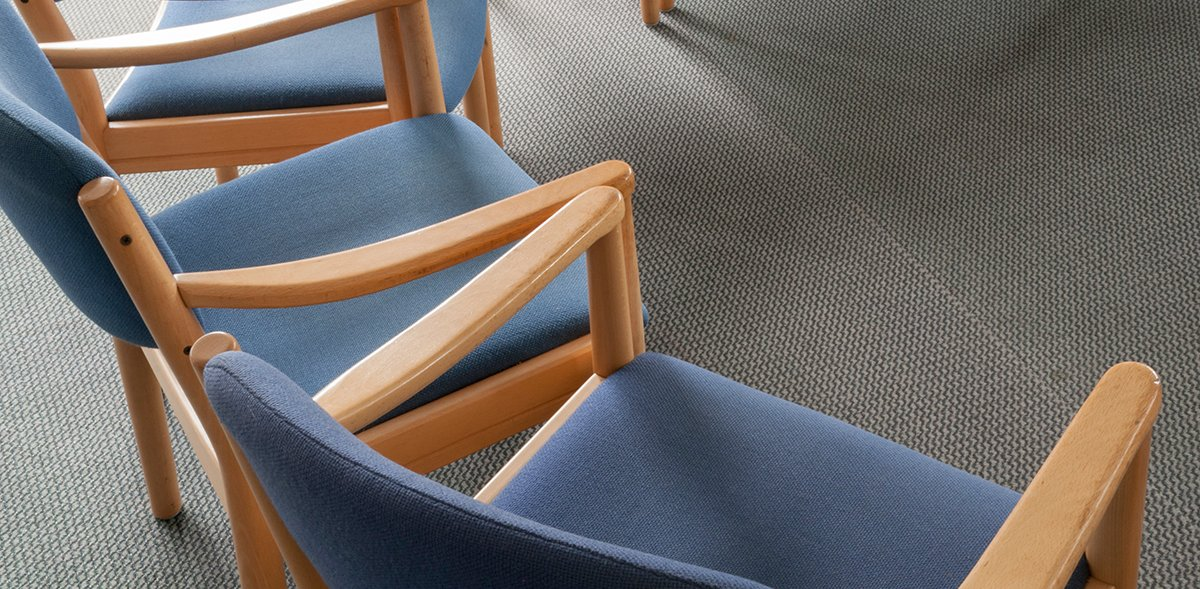 Nahaufnahme einer Stuhlgruppe in einem Kreis