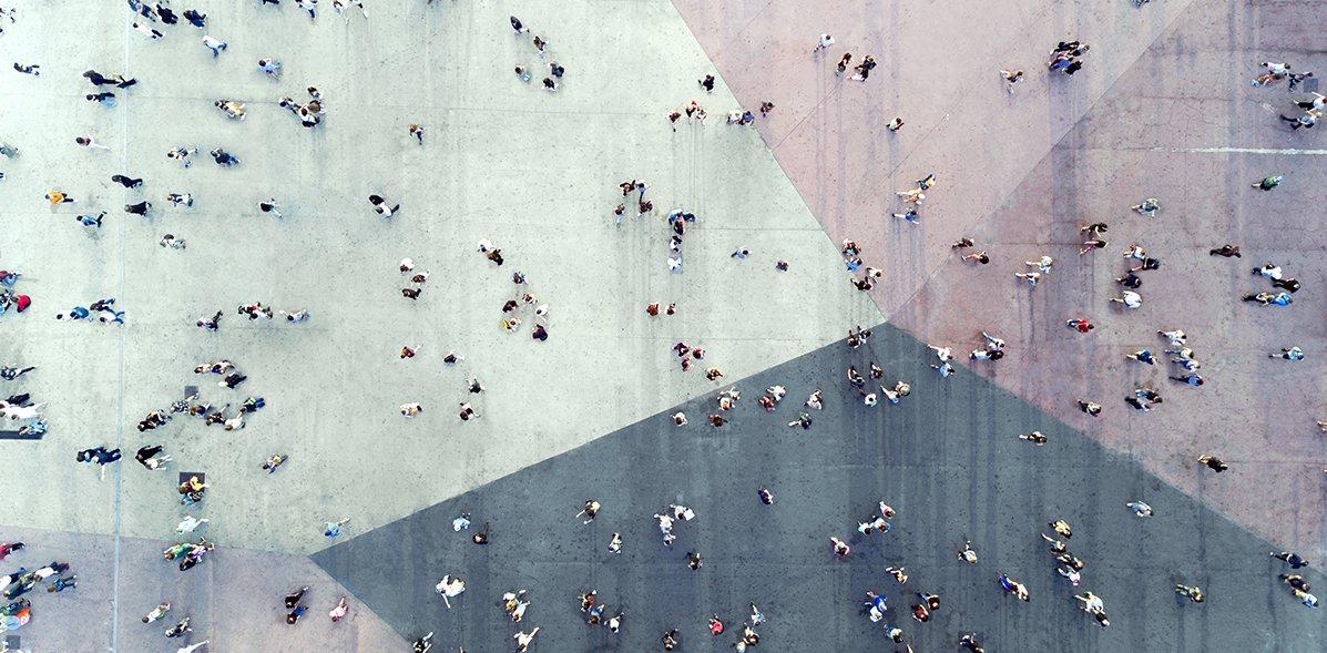 Menschen auf der Straße, von oben fotografiert