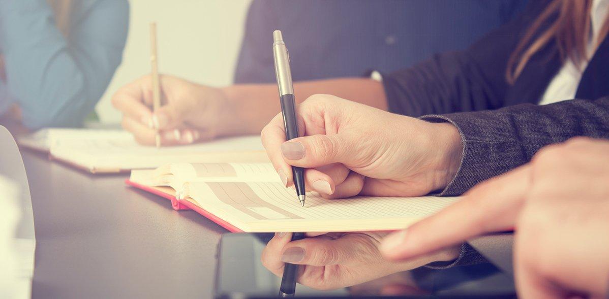 Geschäftsteam macht sich Notizen zu einem Treffen