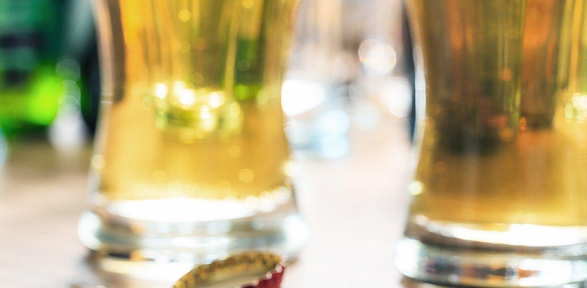 Nahaufnahme der zwei Gläser, die auf dem Tisch stehen