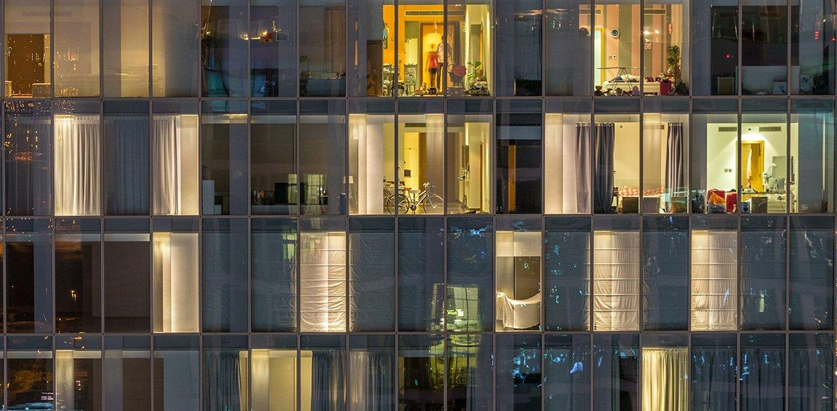Nahaufnahme eines mehrstöckigen Gebäudes aus Glas